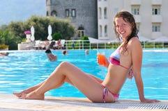 женщина poolside сексуальная сидя стоковое изображение