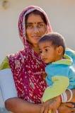 Женщина Rajasthani держа ее молодого сына Стоковые Изображения RF