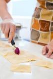 женщина ravioli вырезывания Стоковая Фотография RF