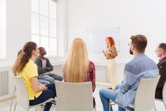 Женщина Redhead делая представление в офисе Стоковое Фото