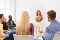 Женщина Redhead делая представление в офисе Стоковые Изображения