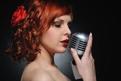 женщина redhead микрофона ретро Стоковое фото RF