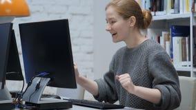 Женщина Redhead празднуя онлайн успех, достигая цели видеоматериал
