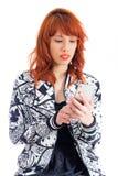 Женщина Redhead с мобильным телефоном в руке Девушка Redhead с флористическим j Стоковое Изображение RF