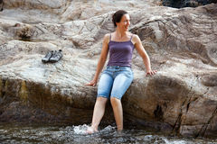 женщина riverbank Стоковое Фото