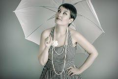 женщина 20s с белым зонтиком, стилем штыря поднимающим вверх Стоковое фото RF