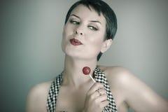 женщина 20s с шипучкой lolly, стилем штыря поднимающим вверх Стоковые Изображения RF