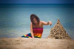 женщина sandcastle здания Стоковая Фотография
