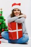 Женщина santa рождества с подарком рождества Изолированное усмехаясь wom Стоковая Фотография