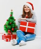 Женщина santa рождества с подарком рождества Изолированное усмехаясь wom Стоковое фото RF