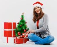 Женщина santa рождества с подарком рождества Изолированное усмехаясь wom Стоковое Изображение RF