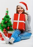 Женщина santa рождества с подарком рождества Изолированное усмехаясь wom Стоковые Изображения