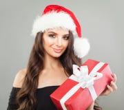 женщина santa удерживания шлема подарка рождества Стоковые Фотографии RF