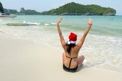 женщина santa шлема пляжа Стоковые Изображения