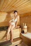 женщина sauna сидя Стоковые Фото