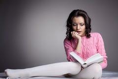 женщина scare книги красотки прочитанная темнотой стоковое фото