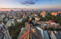 Женщина seatting на крыше на современном здании в Киеве, Украине Стоковые Фотографии RF