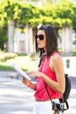 Женщина sightseeing в городе. Стоковые Изображения RF