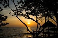 Женщина Silhoutte ослабляя на пляже Стоковые Изображения