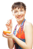 Женщина sipping апельсиновый сок с соломой Стоковые Изображения