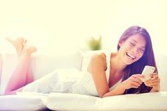 Женщина Smartphone используя app на усмехаться телефона счастливый Стоковое Изображение RF