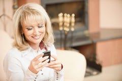 женщина sms чтения телефона Стоковое Изображение RF
