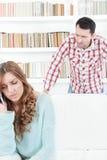 Женщина Sneaky ревнивого притяжательного человека шпионя наблюдая говоря сверх стоковое фото rf