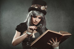 Женщина Steampunk с книгой и объективом Стоковые Изображения