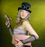Женщина Steampunk с пушкой. Стоковые Фото