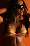 женщина striped бикини нося Стоковая Фотография