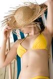 женщина sunbath сторновки шлема бикини пляжа Стоковое Фото