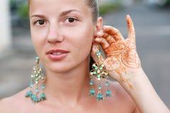 женщина tattoo хны серьги Стоковая Фотография RF