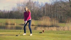 Женщина teeing на поле для гольфа видеоматериал