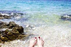 Женщина toes в голубой лагуне в Адриатическом море стоковые фото