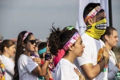 4-6-2019 женщина Tulsa США одетая для бега цвета кладет руку над сердцем во время игры государственного гимна с толпой вокруг - стоковые фотографии rf
