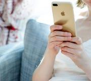 Женщина uising новое iphone 7 Стоковое фото RF