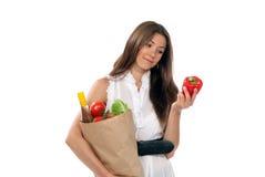 женщина vegetarian покупкы бумаги владением бакалеи Стоковое фото RF