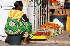 Женщина Verdean накидки продает овощи на рынке Стоковая Фотография RF