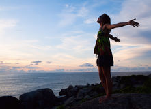 женщина viewing захода солнца Стоковое Изображение