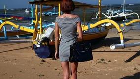 Женщина waling на пляже с роскошной сумкой питона snakeskin Тропический остров Бали, Индонезия видеоматериал