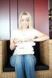 женщина wicker стула книг стоковое фото