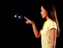 женщина witn мыла пузыря Стоковые Фотографии RF