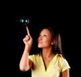 женщина witn мыла пузыря Стоковое Изображение