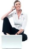 Женщина woking на компьтер-книжке и связывая Стоковые Фотографии RF