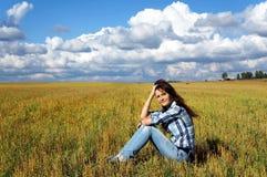 Женщина Yoing в полях Стоковая Фотография RF