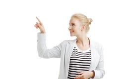 Женщина Youn показывая что-то Стоковые Фотографии RF