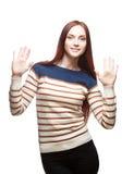Женщина Youn сь вскользь red-haired стоковое фото rf