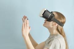 Женщина Yuong с стеклами виртуальной реальности background card congratulation invitation Стоковая Фотография