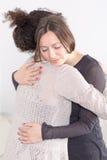 2 женщины давая объятие Стоковые Изображения