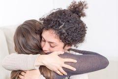 2 женщины давая объятие Стоковая Фотография